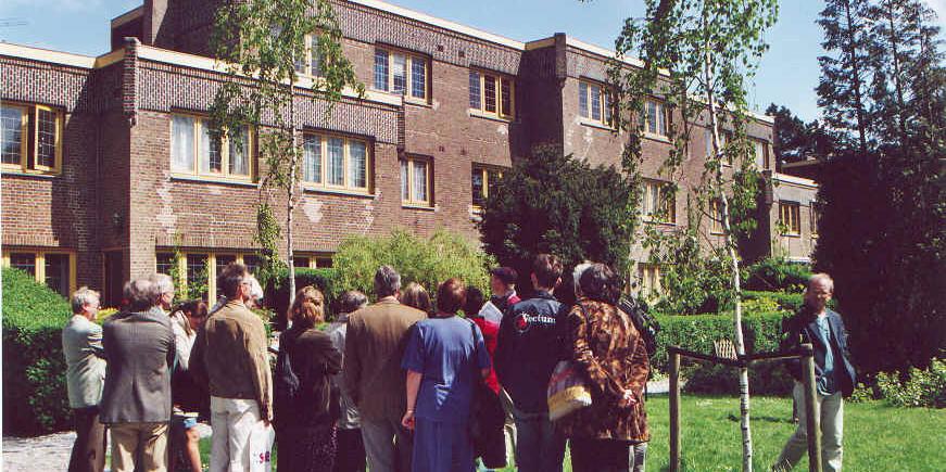 Leden van het Bomans Genootschap bekijken het woonhuis van Godfried Bomans, Zonnelaan 17 te Haarlem. Foto: Guido Verschaeren.