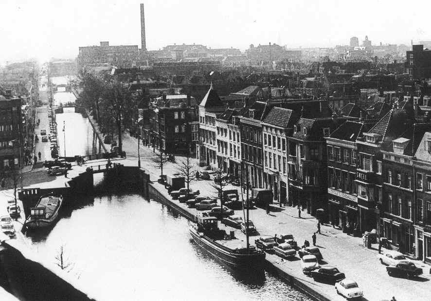 De Bierkade te Den Haag in het midden van de twintigste eeuw. Het geboortehuis van Bomans bevindt zich aan de rechterkant van het water, bij de brug van de Wagenstraat, rechts van het huis met het torentje. In het huis met het torentje bevond zich aan het begin van de twintigste eeuw hotel-restaurant A. Kiek 'De Adelaar'. Later werd er een polikliniek in gevestigd.